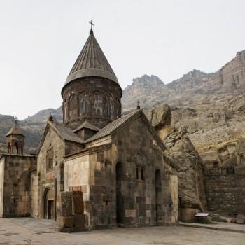 Kloster Geghard am Eingang des oberen Azat-Tales in der Provinz Kotajk (Foto: Oleg Sidorenko, Lizenz: CC-BY-2.0, https://creativecommons.org/licenses/by/2.0/de/)